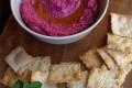 Hummus di barbabietola con crackers al cumino