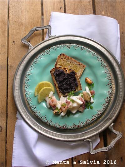 Bruschetta con tapenade di olive e insalata di mare