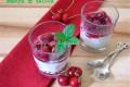 Crema di ricotta con salsa di ciliegie e meringhe